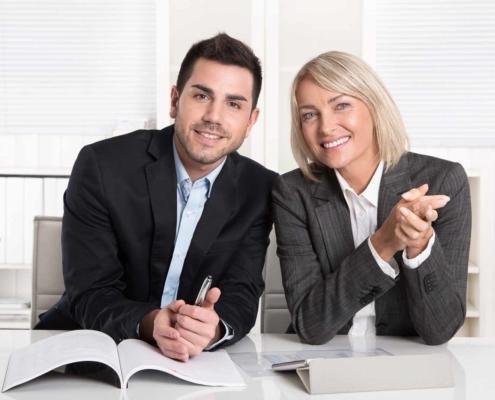 Zwei Berater mit Unterlagen
