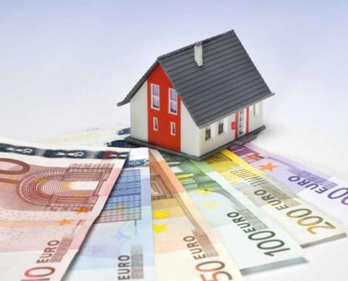 Modellhaus mit Geldscheinen