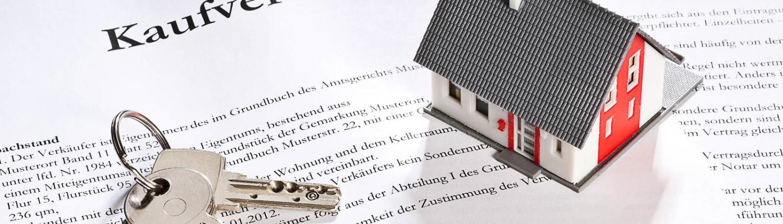Kaufvertrag mit Schlüssel und Modellhaus