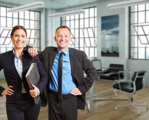 Zwei Menschen in einem Büro