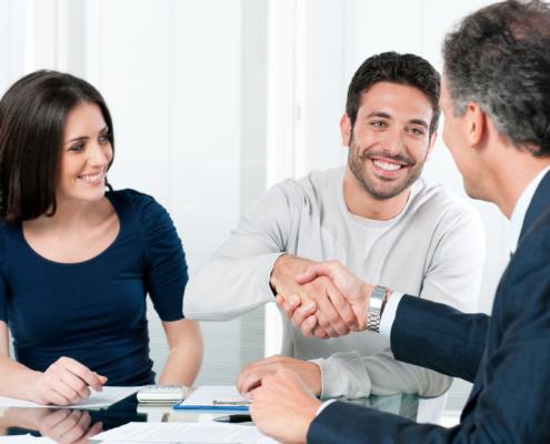 Junges Paar wird von Experte beraten